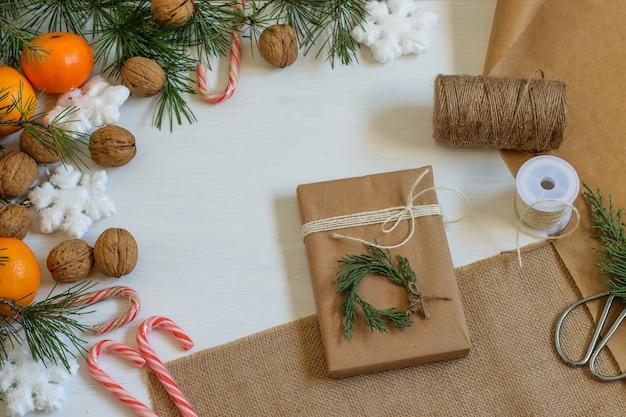 Coffret cadeau écologique zéro déchet emballé dans du papier kraft recyclé et décoré de thuya.