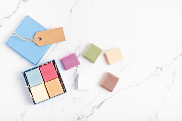 Coffret cadeau d'emballage avec des savons en barre naturels faits à la main mode de vie éthique et durable zéro déchetbricolage, passe-temps, idée de petite entreprise artisanalevue de dessus, maquette