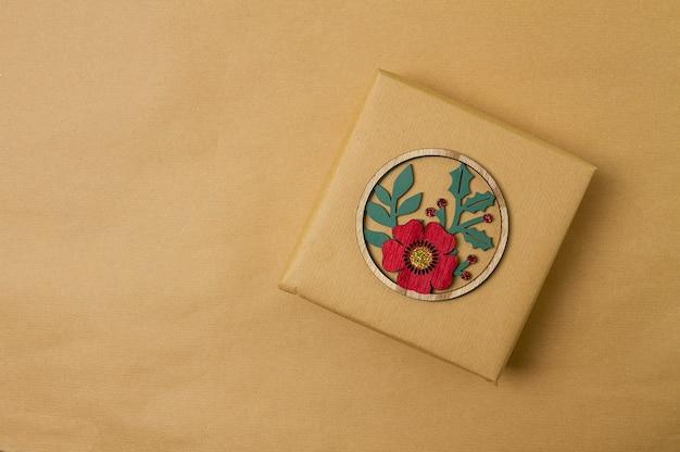 Coffret cadeau emballé dans du papier kraft avec décoration d'arbre de noël fond d'écran noël nouvel an vue de dessus