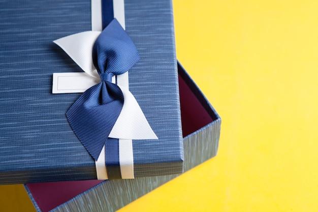 Coffret cadeau emballé dans du papier kraft et un noeud