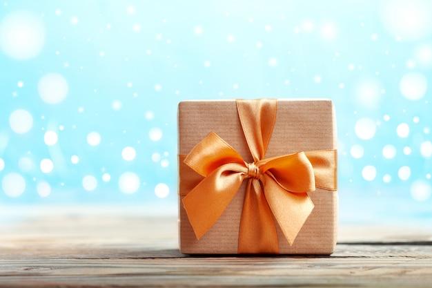 Coffret cadeau emballé avec du papier kraft et inclinez le neutre avec boke.