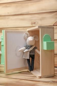 Coffret cadeau enfant décoré avec la souris à dents