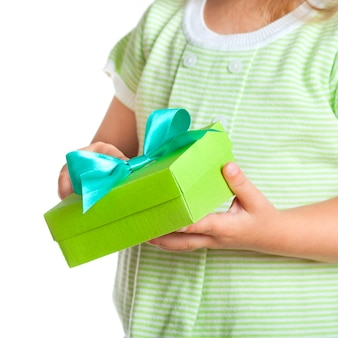 Coffret cadeau entre les mains de l'enfant