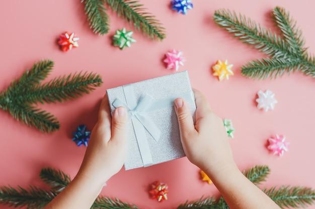 Coffret cadeau entre les mains des enfants. concept de cadeaux, nouvel an et noël