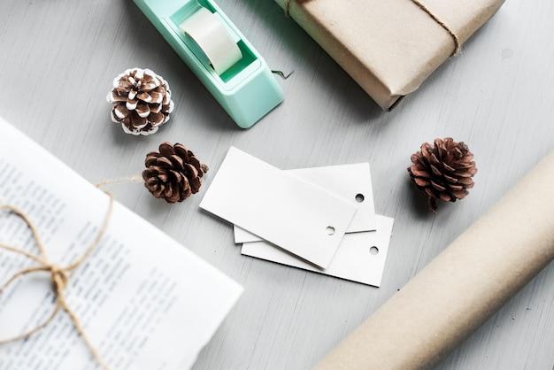 Coffret cadeau enveloppé avec cône de pin sur fond en bois