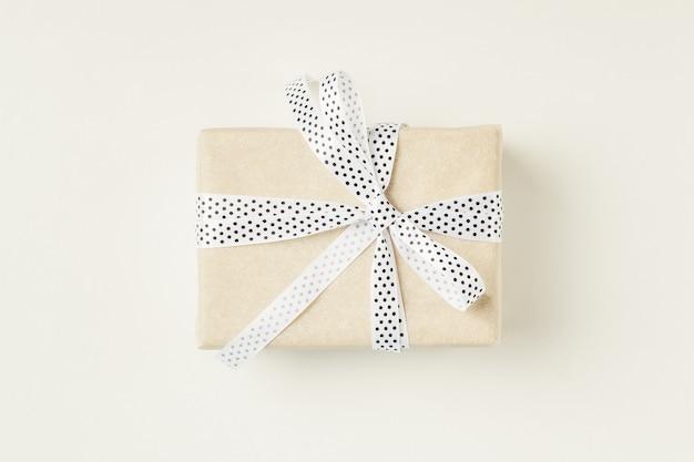 Coffret cadeau enveloppé avec noeud de ruban sur fond blanc