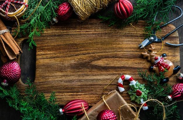 Coffret cadeau et épices sur fond de bois