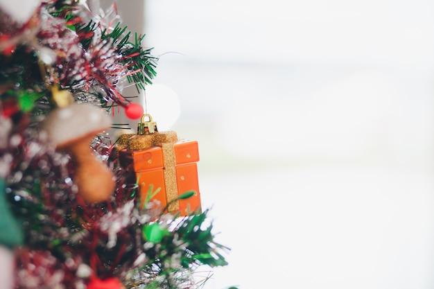 Coffret cadeau a été pris à un arbre à noël.