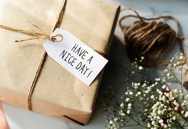 Coffret cadeau avec étiquette bonne journée