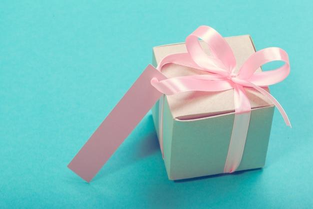 Coffret cadeau avec étiquette cadeau. la saint valentin