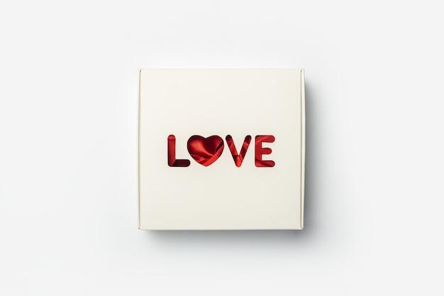Coffret cadeau sur fond blanc clair. composition saint-valentin. bannière. mise à plat, vue de dessus.