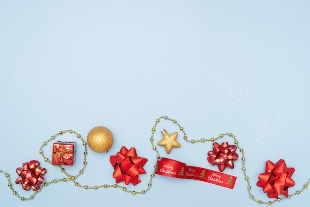 Coffret cadeau sur fond bleu pour anniversaire, noël ou cérémonie de mariage