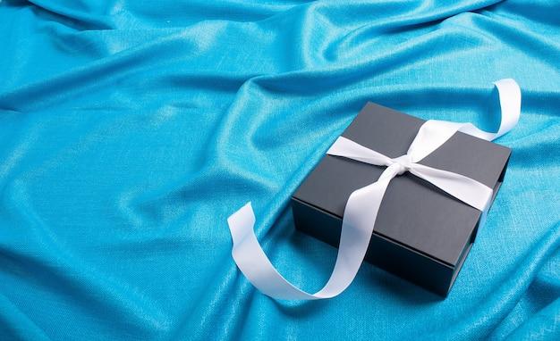 Coffret cadeau avec fond bleu ruban argent