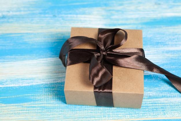 Coffret cadeau sur fond de bois bleu