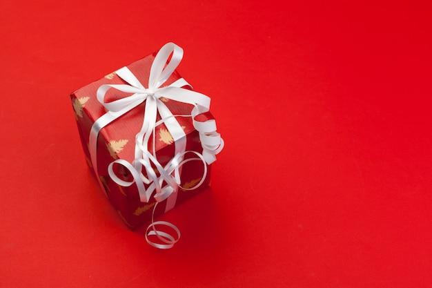 Coffret cadeau sur fond de couleur