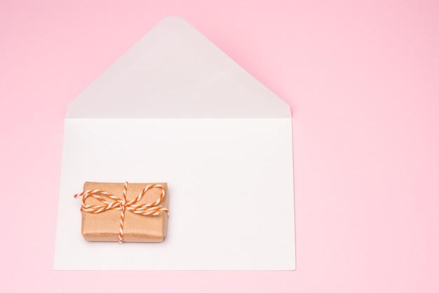 Coffret cadeau sur le fond d'une enveloppe postale