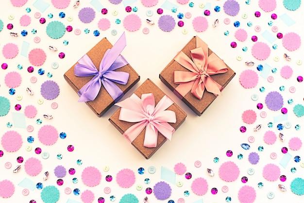 Coffret cadeau sur fond pastel festif.