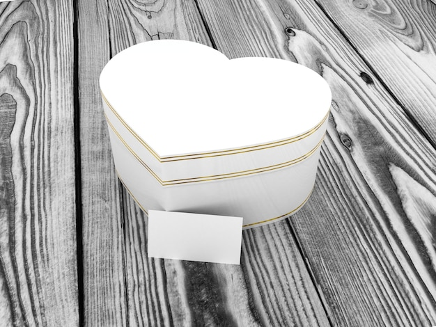 Coffret cadeau en forme de coeur sur table en bois