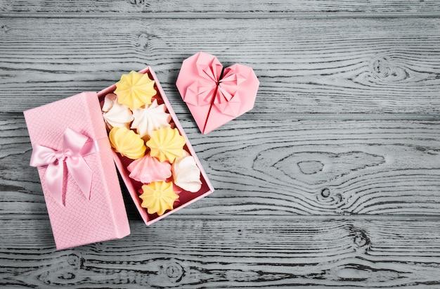 Coffret cadeau avec guimauves et coeur en papier