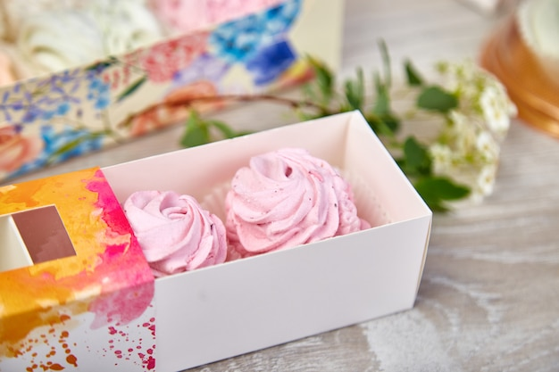 Coffret cadeau avec guimauves de couleur rose maison.