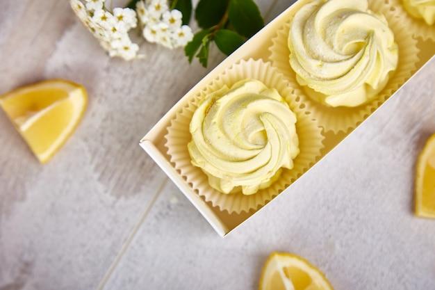 Coffret cadeau avec des guimauves maison de couleur jaune citron.