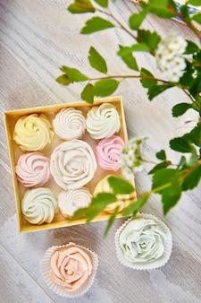 Coffret cadeau avec guimauves multicolores pastel maison.