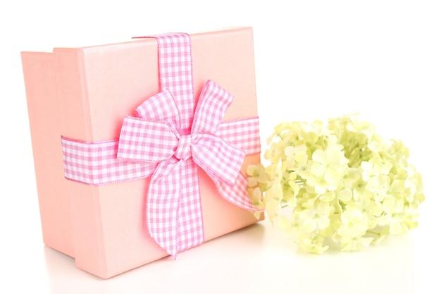 Coffret cadeau isolé sur blanc