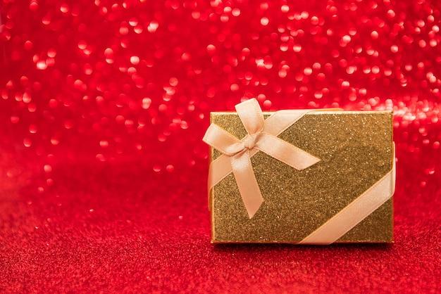 Coffret cadeau isolé sur fond de couleur rouge, la saint-valentin ou le concept de vacances de noël