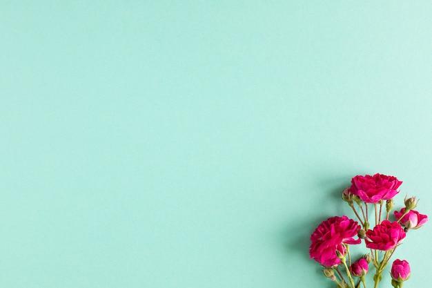 Coffret cadeau kraft avec beau ruban rouge et rose, concept de la saint-valentin, anniversaire, fête des mères et voeux d'anniversaire, fond, vue de dessus.