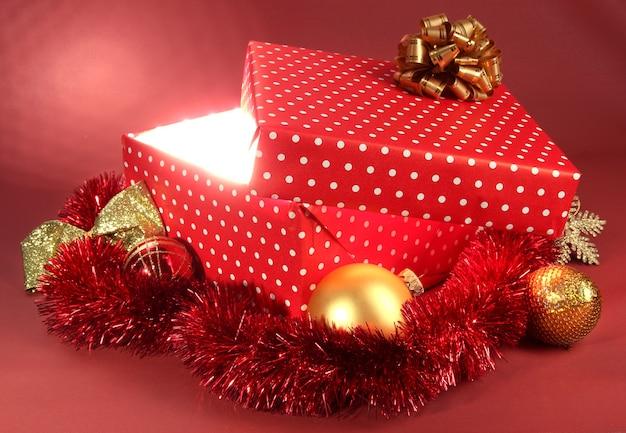 Coffret cadeau avec une lumière vive dessus en rouge