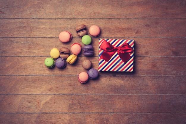 Coffret cadeau avec macarons sur fond de bois
