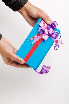Coffret cadeau à la main