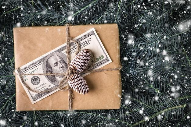 Coffret cadeau de noël avec billet de dollar. carte de noël