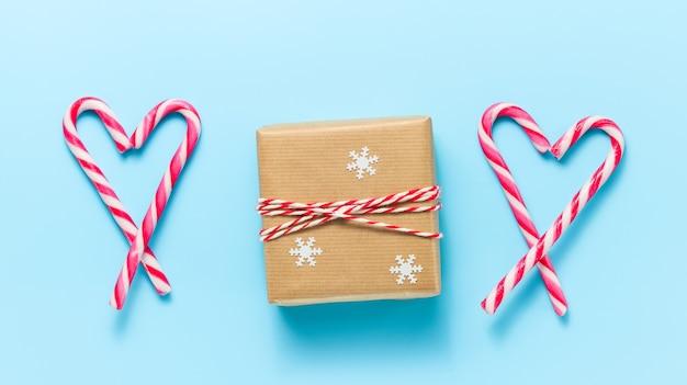 Coffret cadeau de noël avec des cannes de bonbon en forme de coeur