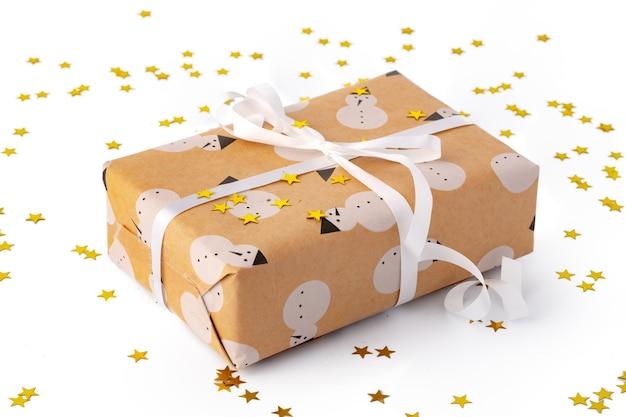 Coffret cadeau de noël avec des confettis isolé sur fond blanc