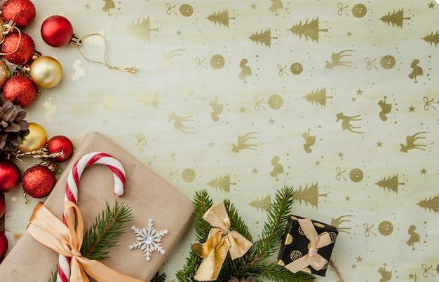 Coffret cadeau de noël, décoration alimentaire et branche de sapin sur table en bois. vue de dessus avec copyspace