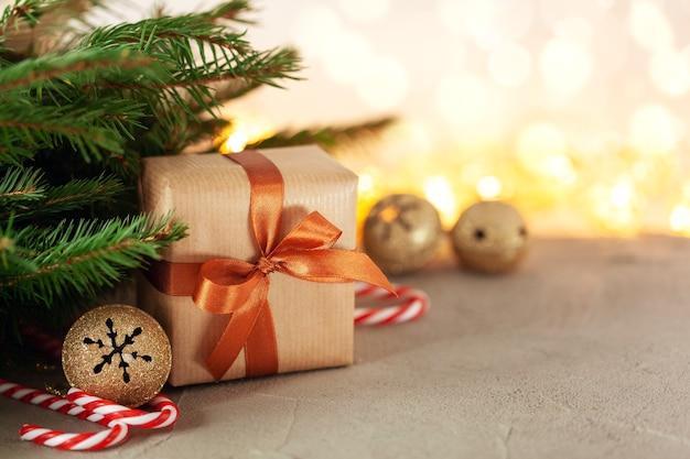Coffret cadeau de noël avec décoration de vacances sur fond de fête