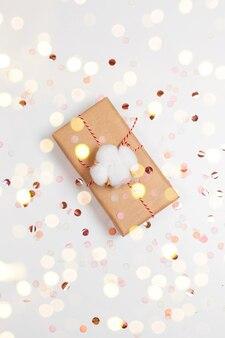 Coffret cadeau de noël avec noeud en or