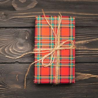 Coffret cadeau de noël noué avec une ficelle