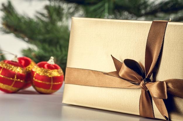 Coffret cadeau de noël, sapin et ornements