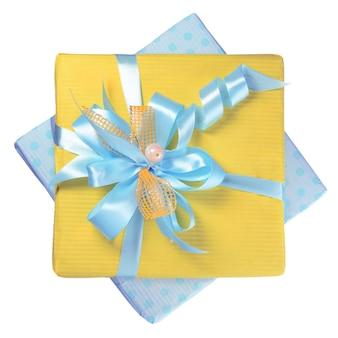 Coffret cadeau avec noeud bleu isolé sur fond blanc