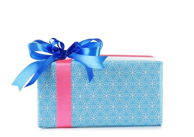 Coffret cadeau avec noeud bleu isolé sur surface blanche