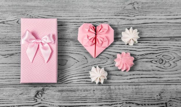 Coffret cadeau avec noeud et coeur en papier. cadeau romantique