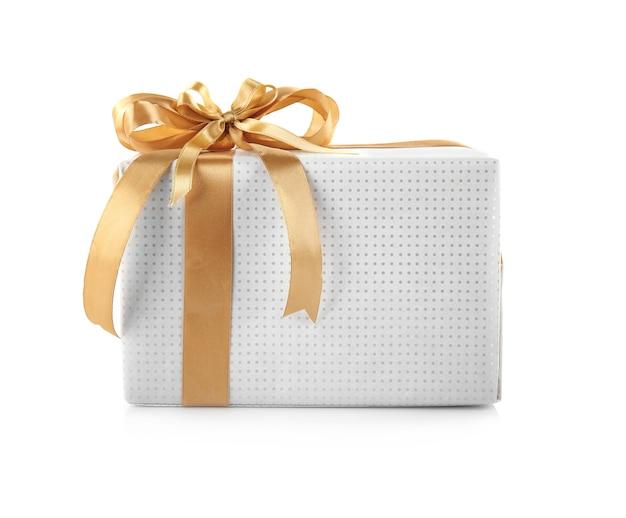 Coffret cadeau avec noeud de ruban doré isolé sur fond blanc