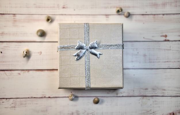 Coffret cadeau avec noeud sur une surface en bois