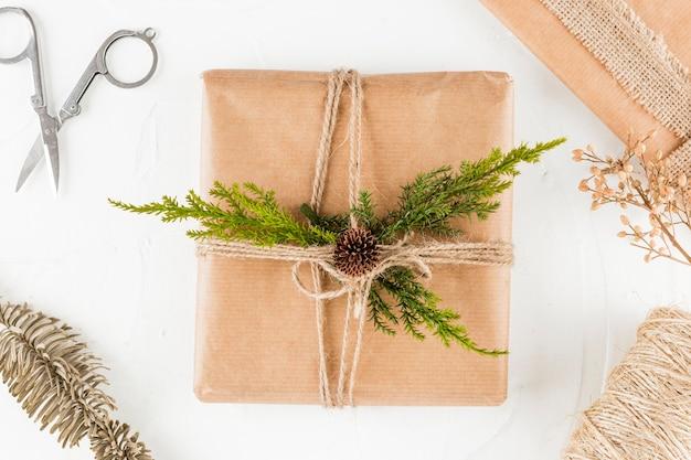 Coffret cadeau en papier kraft avec brindille de conifère