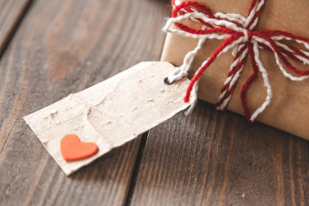 Coffret cadeau avec papier kraft et étiquette