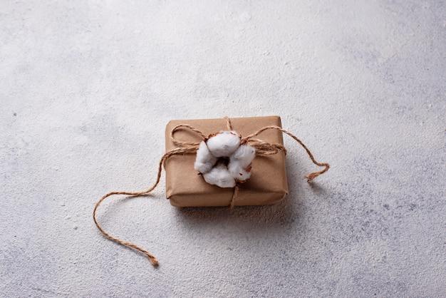 Coffret cadeau en papier kraft avec fleur de coton