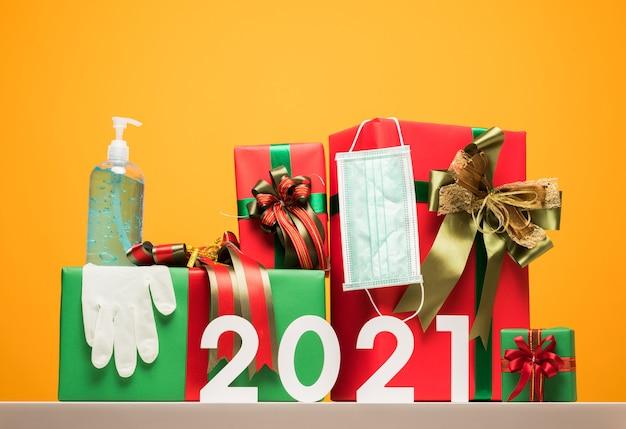 Coffret cadeau pour le nouvel an 2021 avec masque de protection, gant en caoutchouc et gel alcoolisé.