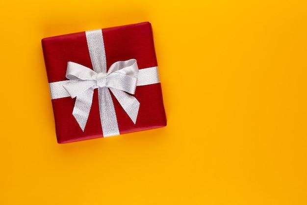 Coffret cadeau ou présent sur la vue de dessus de table de couleur. composition plate laïque pour anniversaire, fête des mères ou mariage.